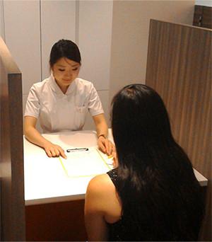 血圧の測定、アンケートの完成のお手伝い、カウンセリングなど、コンシェルジュが対応します。